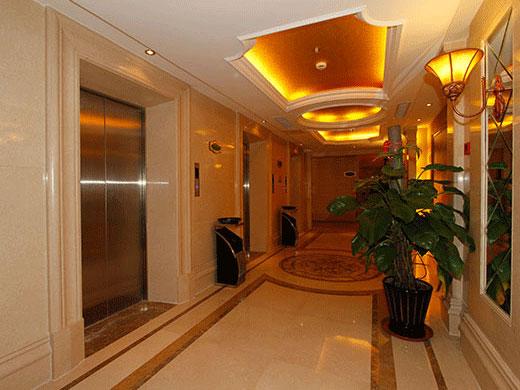 酒店以巴洛克建筑风格为外部特征,气派的欧式门