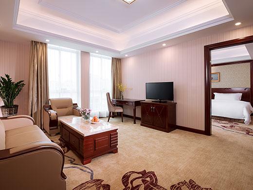 200多间豪华客房,酒店采用欧式巴洛克风格装修