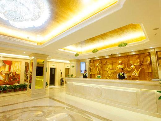 酒店位于三亚湾与解放街的交叉口,地理位置优越,与凤凰岛毗邻咫尺,西
