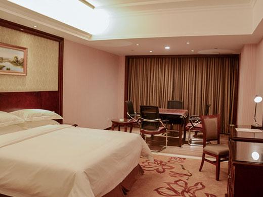 酒店拥有各式欧式风格房间138间,大气精美,舒适典雅,配备愉梦之床