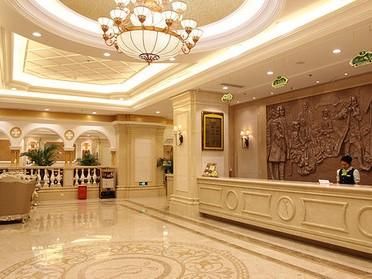酒店以巴洛克建筑风格为外部特征:气派的欧式门楼,金碧辉煌的酒店大堂