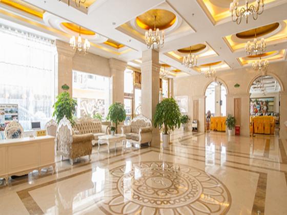 酒店门楼,大堂采用欧陆式风格装修,均出自名师之手,尽显温馨豪华,高贵